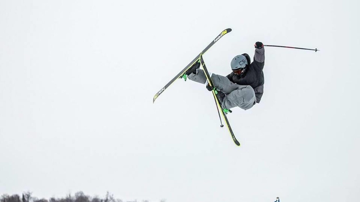 Le skieur acrobatique Édouard Therriault
