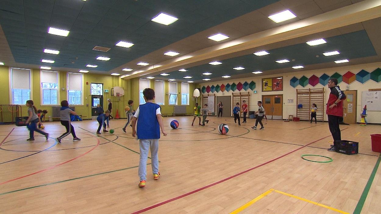 Des jeunes de l'école Barthélémy pendant un cours d'éducation physique