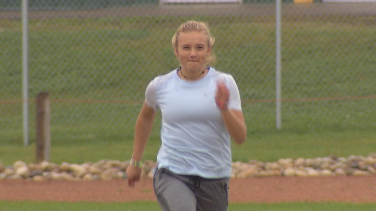 Emma Langstrom lors d'un entraînement sur une piste d'athlétisme.