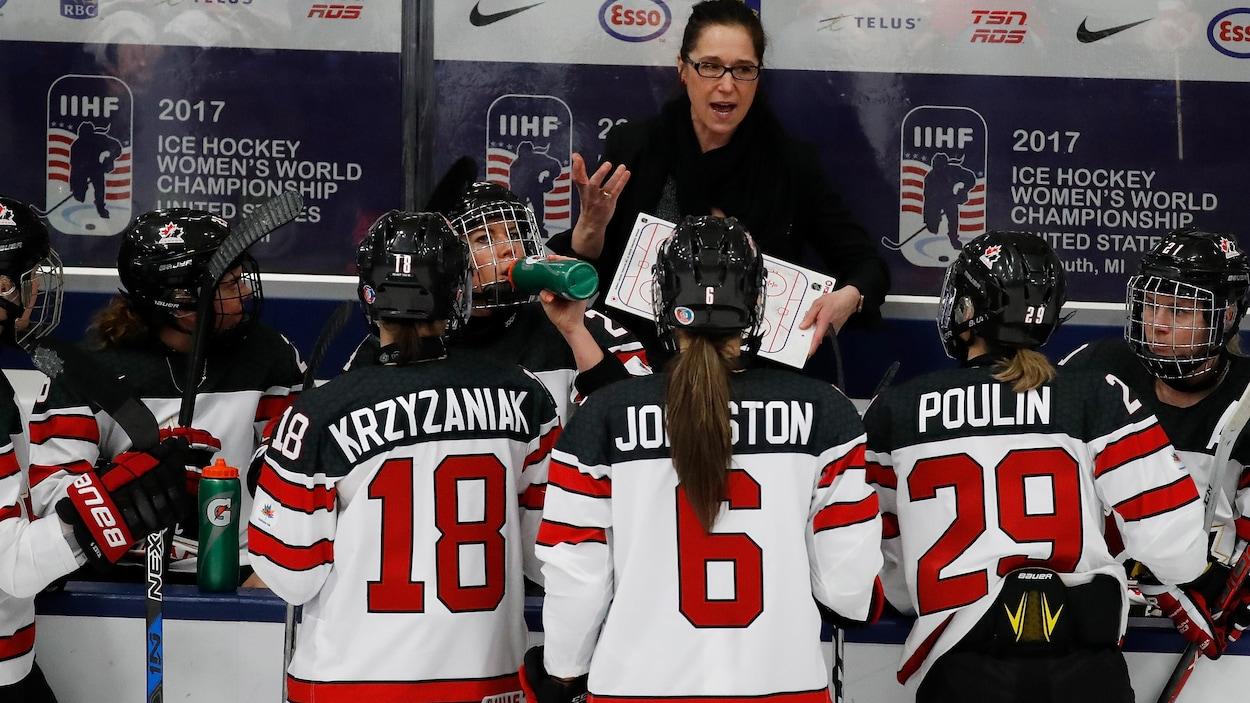 L'entraîneuse-chef Laura Schuler et l'équipe canadienne de hockey féminin