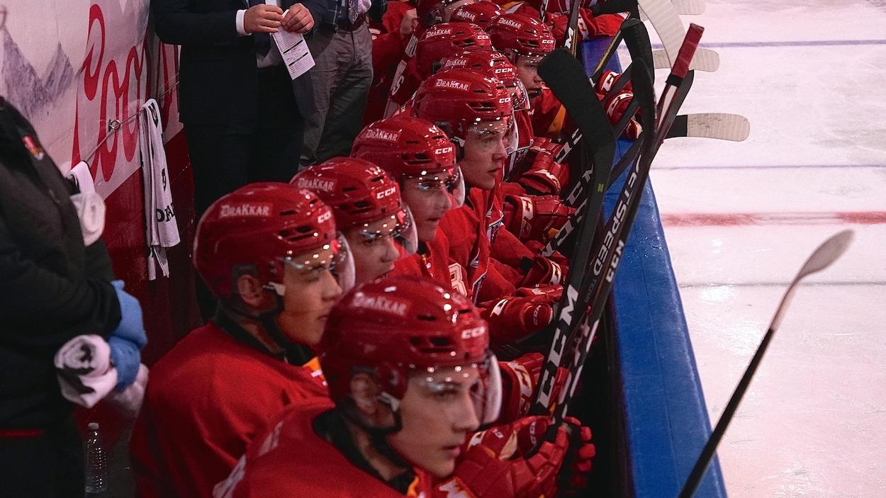 L'équipe du Drakkar de Baie-Comeau sur le banc des joueurs