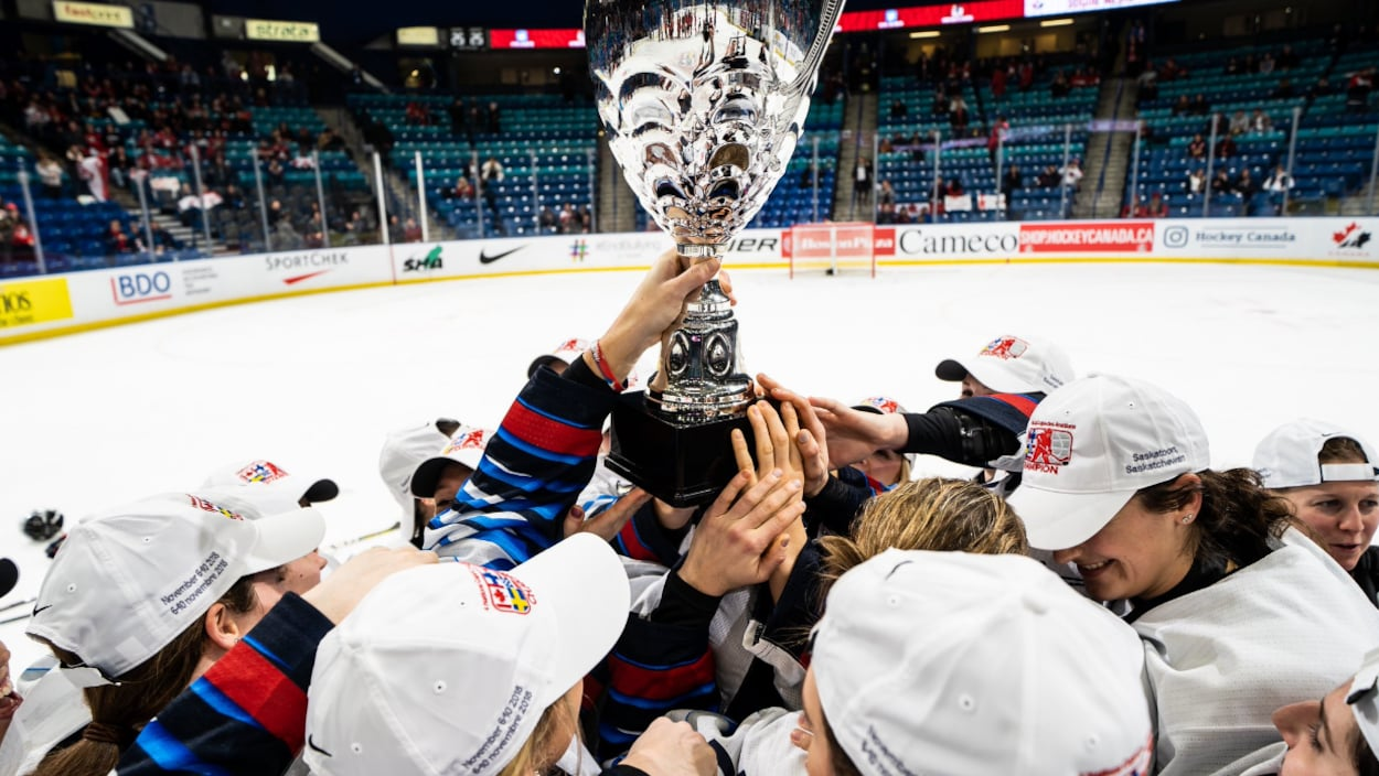 Les joueuses américaines soulèvent le trophée de la Coupe des quatre nations à Saskatoon, en Saskatchewan.