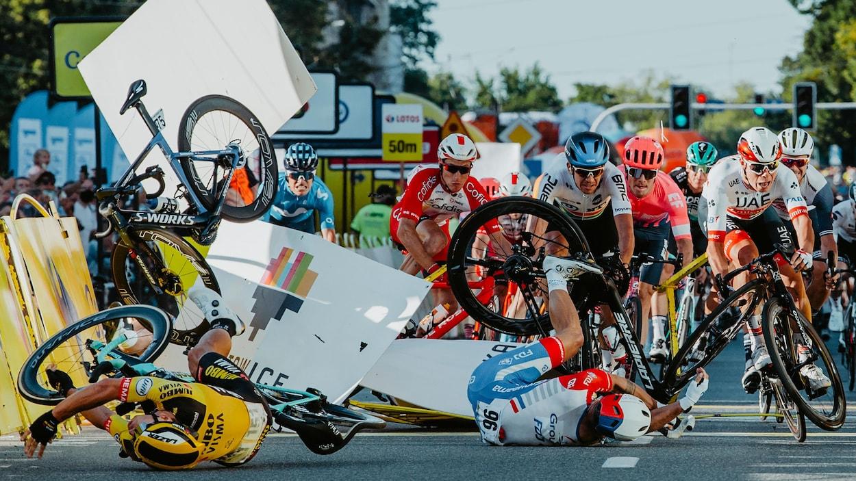 Une chute massive dans un peloton cycliste.