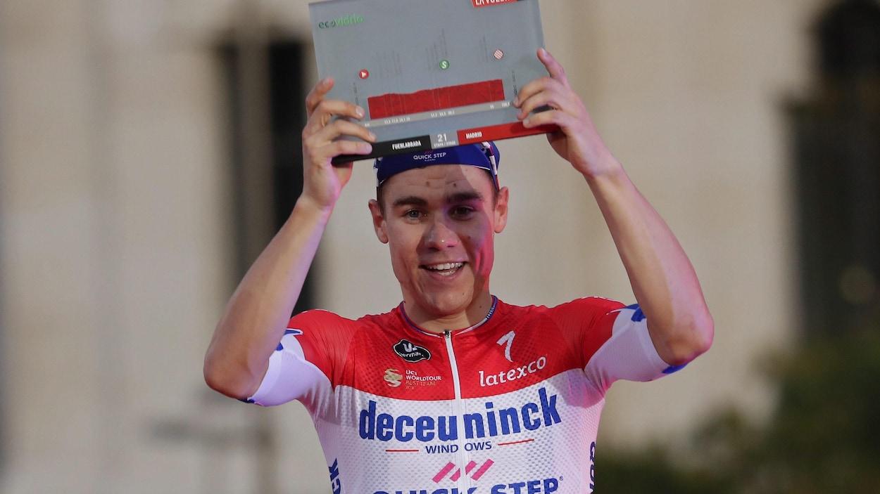 Fabio Jakobsen tient son prix au dessus de sa tête.