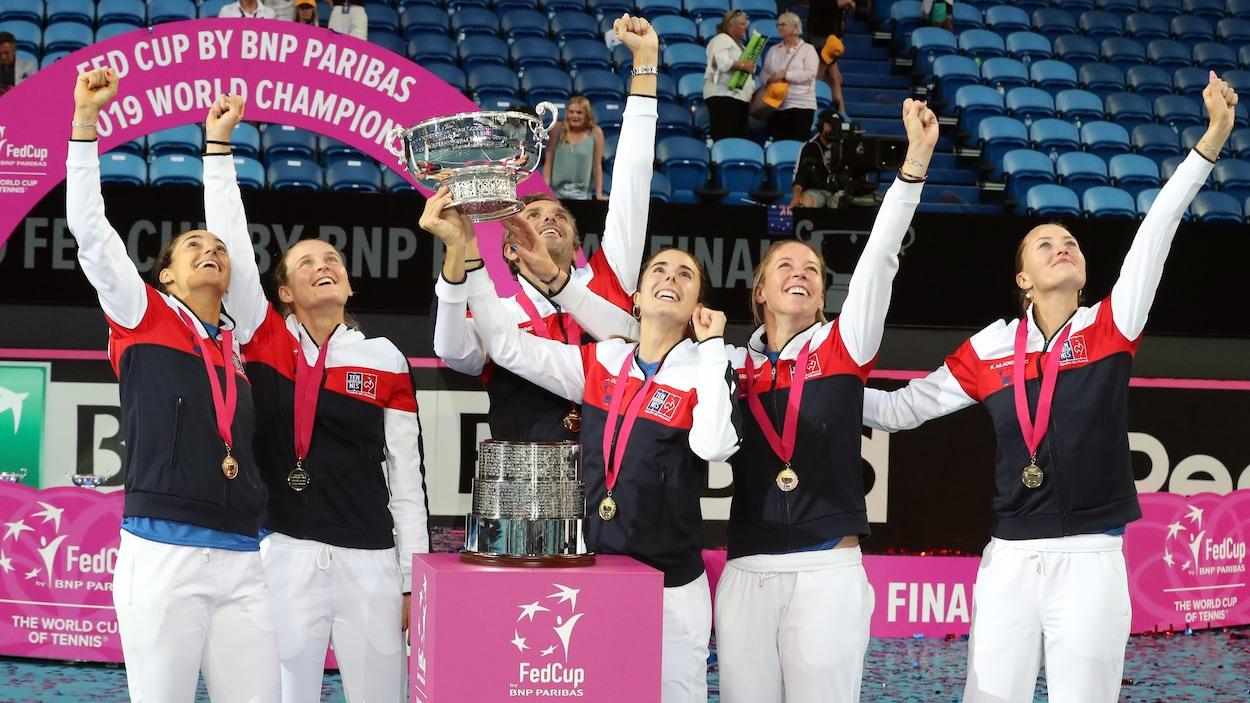 Les joueuses de l'équipe de France célèbrent leur conquête de la Fed Cup.