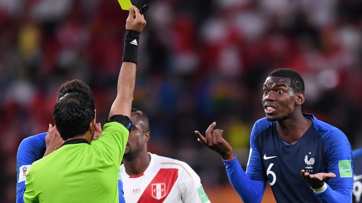 Paul Pogba, de la France, réagit après avoir reçu un carton jaune.