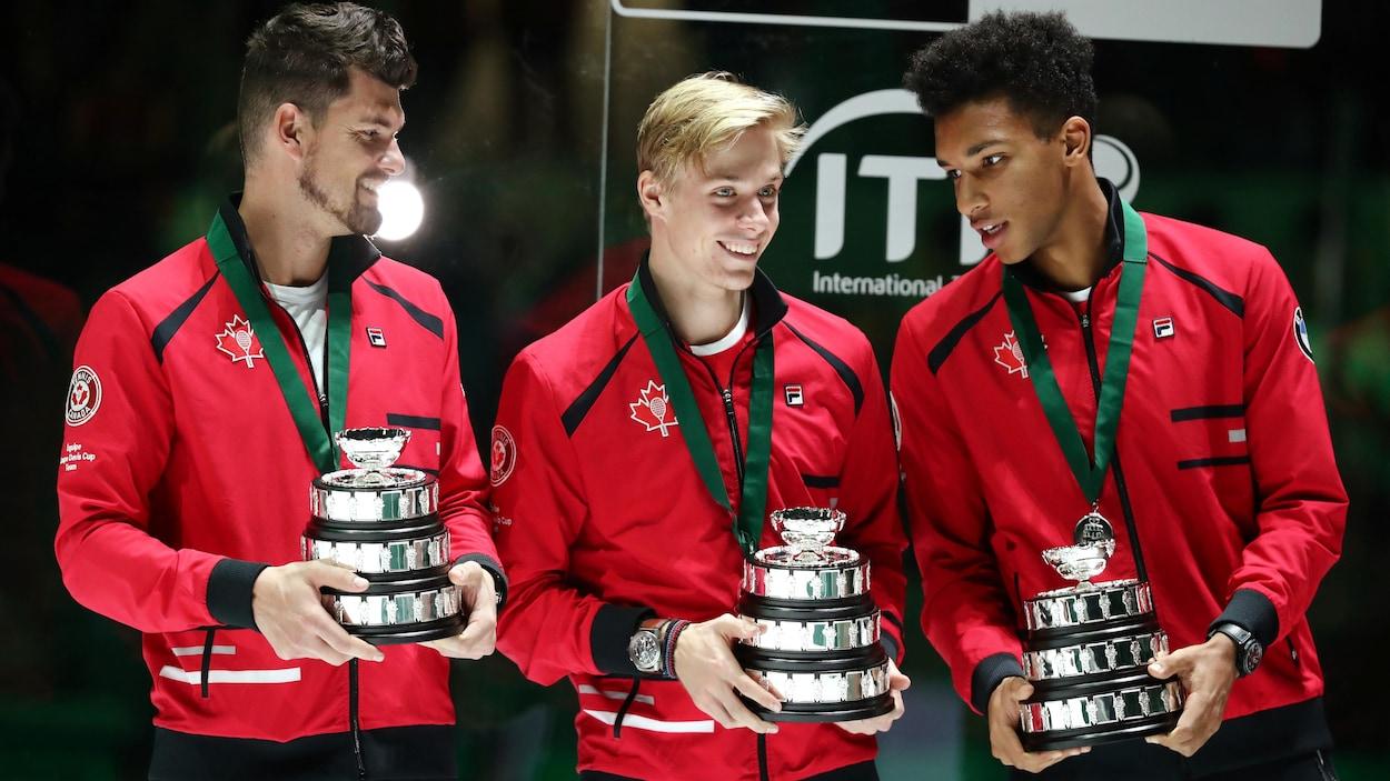 Il tiennent le trophée de finaliste à la Coupe Davis.