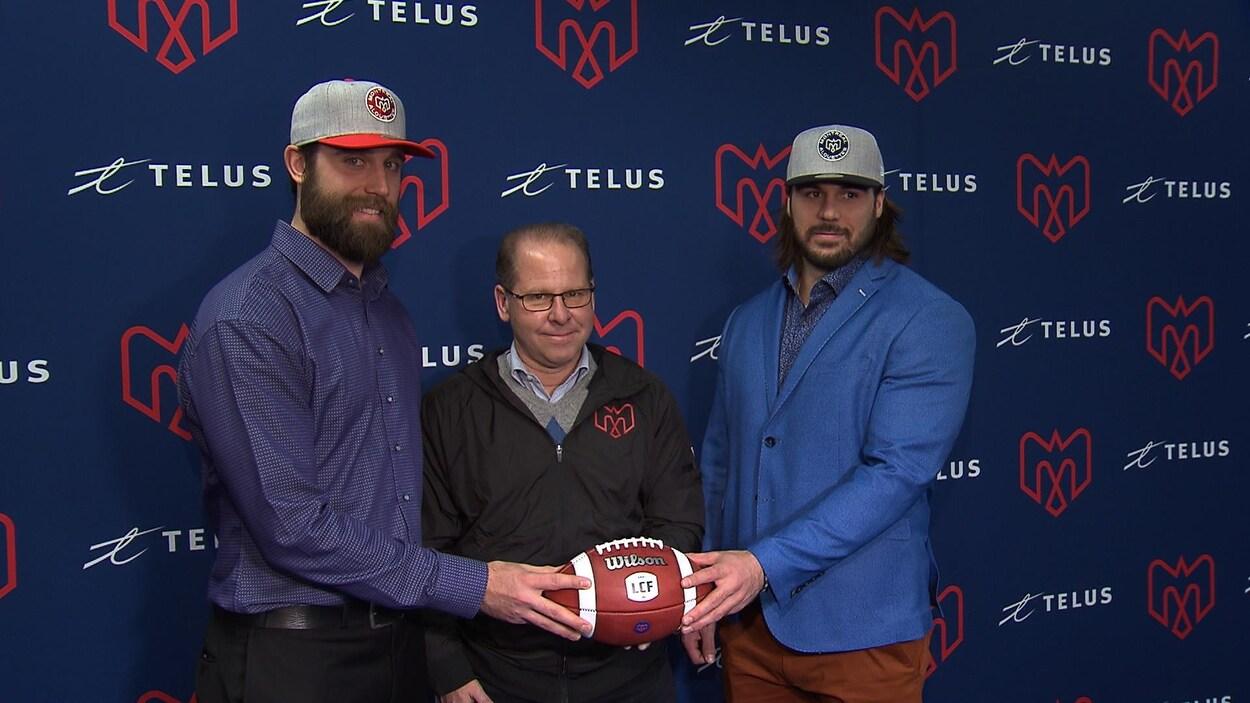 Les deux joueurs tiennent un ballon devant leur DG.