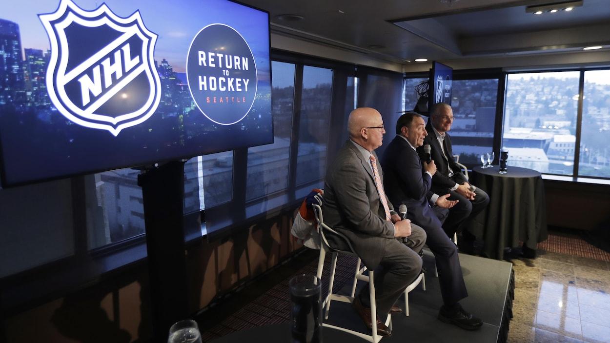 Bill Daly, commissaire adjoint de la LNH, Gary Bettman, commissaire de la LNH, et Tod Leiweke, président de Seattle Hockey Partners group