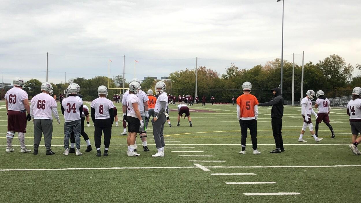 Des joueurs regardent un exercice lors d'un entraînement de football