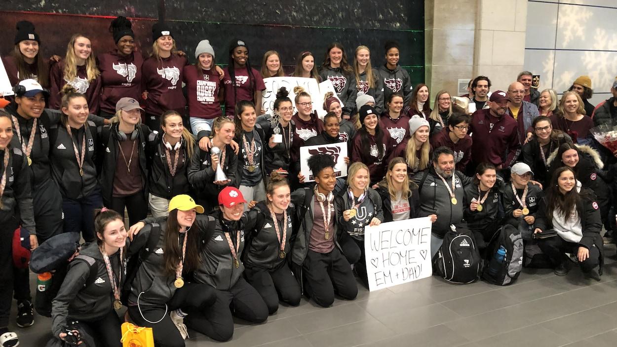 Des joueuses de soccer posent en compagnie de membres d'autres équipes sportives de l'Université d'Ottawa