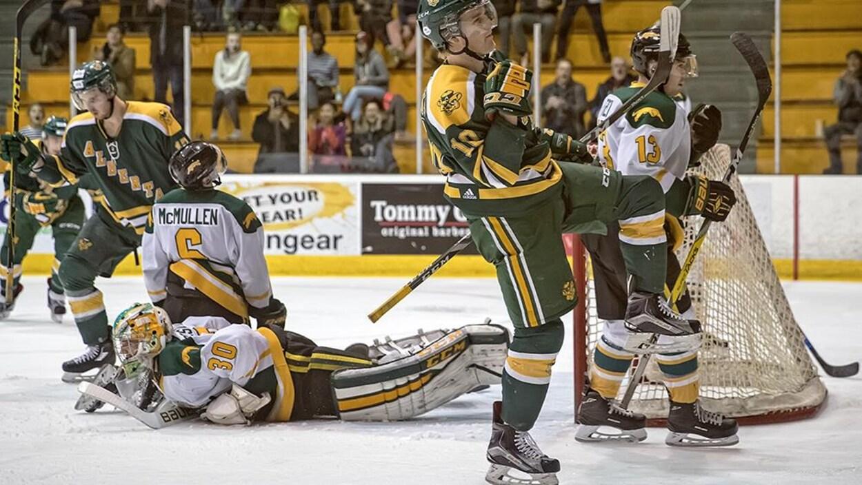 Jamie Crooks des Golden Bears de l'Université célèbre après avoir marqué un but face aux Cougars de Regina