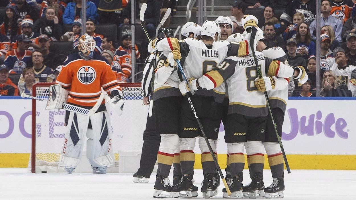 Les Golden Knights célèbrent un but contre les Oilers.