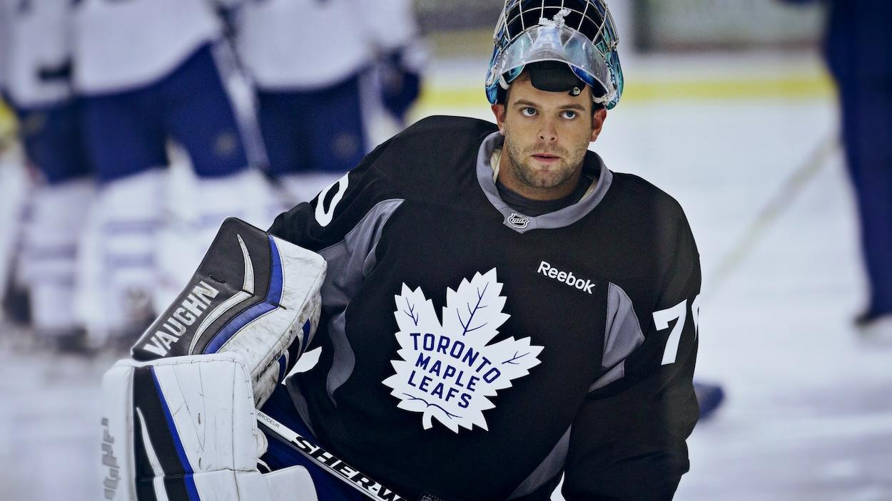 Anthony Brodeur se repose entre deux exercices sur la glace.