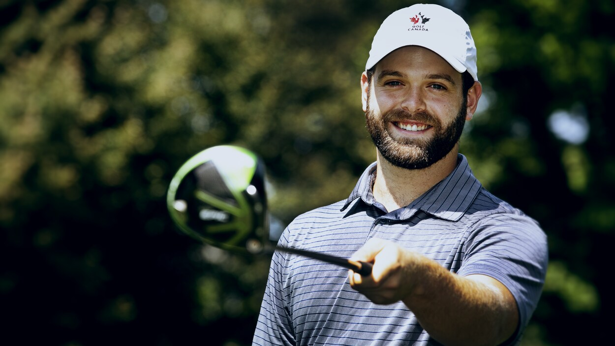 Anthony Brodeur sourit en tenant un bâton de golf.