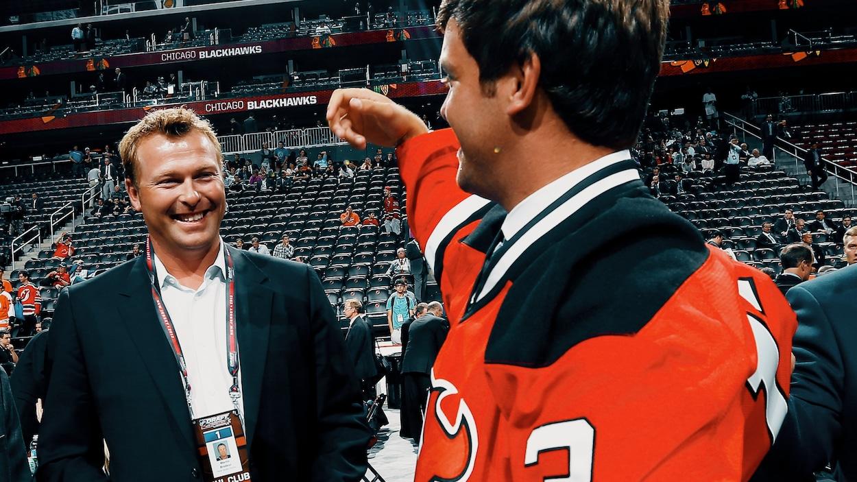 Martin Brodeur sourit à son fils Anthony, qui vient d'enfiler le chandail des Devils du New Jersey au repêchage de 2013 de la LNH.