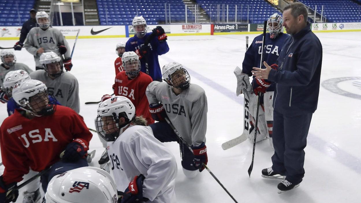 L'entraîneur de la formation américaine de hockey féminin Robb Stauber donne ses instructions.