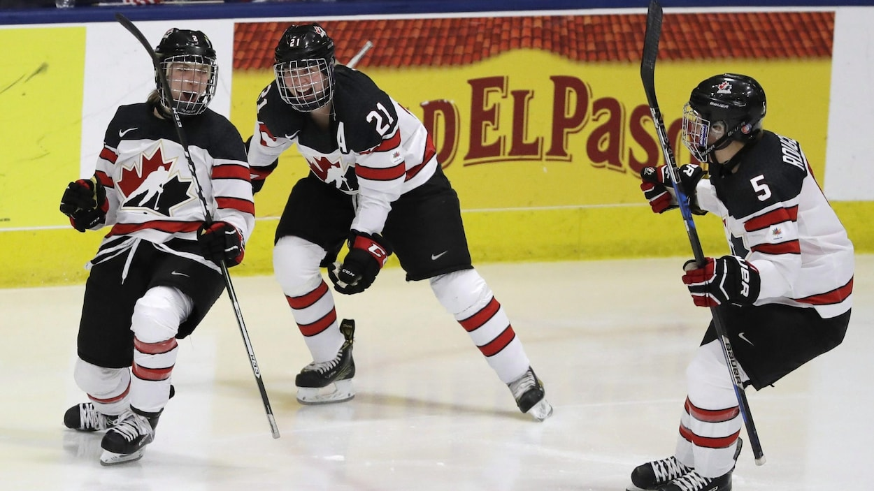 Meghan Agosta, Haley Irwin (centre) et Lauriane Rougeau