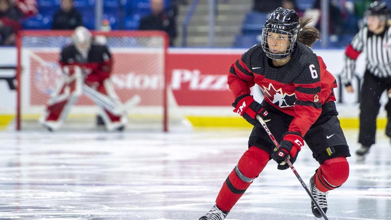 La Canadienne Rebecca Johnston patine vers le but adverse contre les Suédoises.