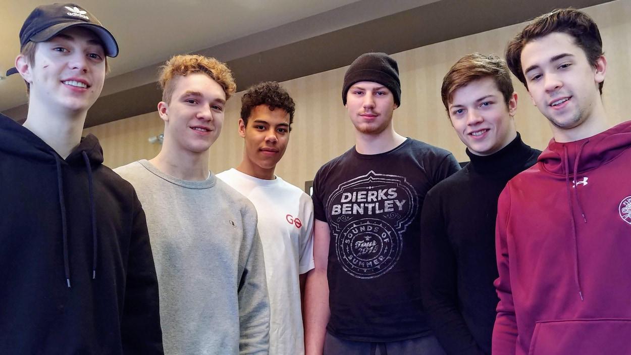 Les six hockeyeurs québécois posent.