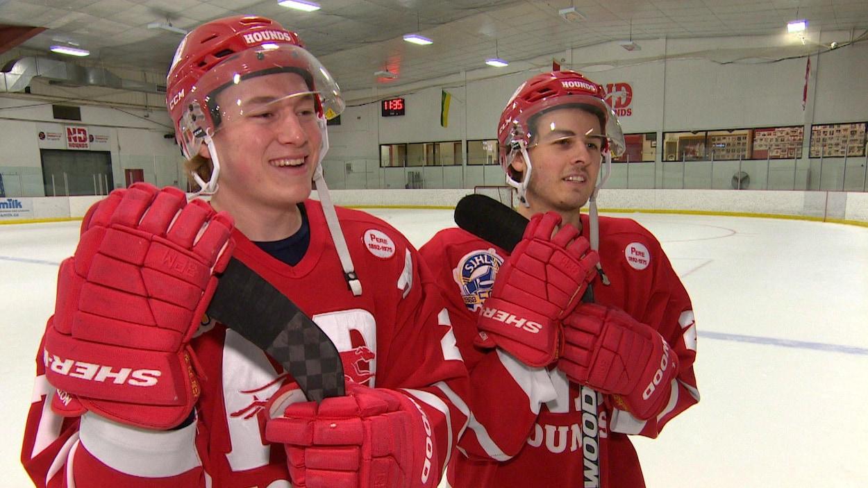 Charles Martin et Jakob Breault en entrevue sur la patinoire.