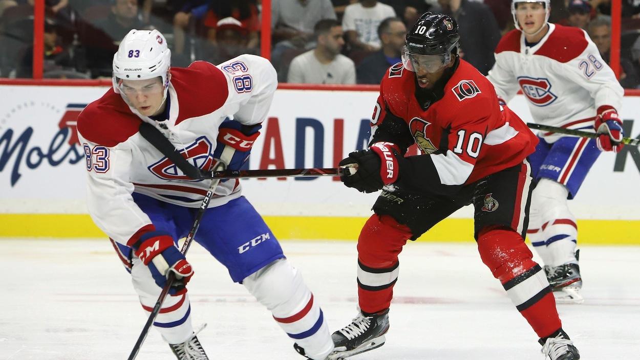 Le joueur du Canadien est accroché par celui des Sénateurs d'Ottawa.