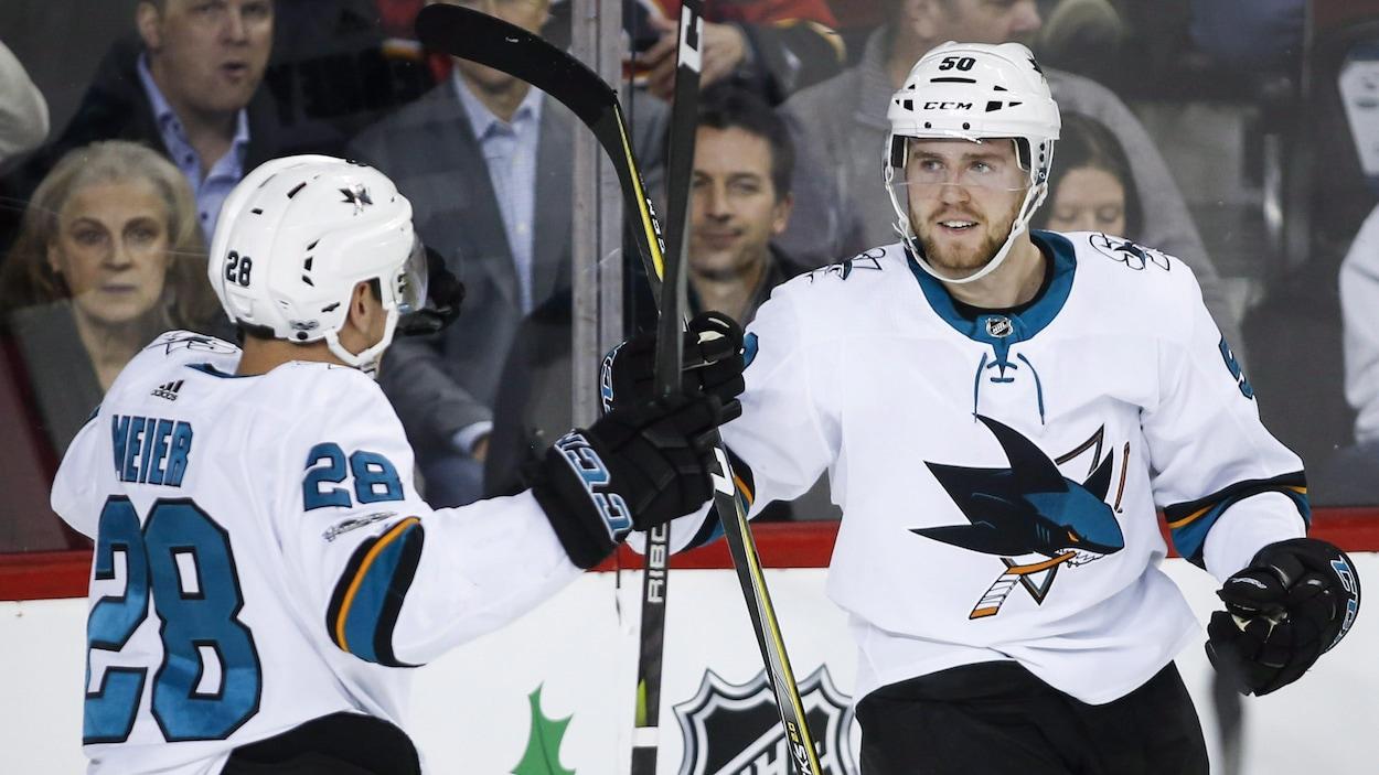 Chris Tierney (à droite), des Sharks de San José, célèbre son but contre les Flames de Calgary avec Timo Meier.