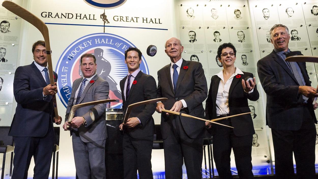 Danielle Goyette, Dave Andreychuk, Mark Recchi, Teemu Selanne, Paul Kariya, Jeremy Jacobs et Clare Drake ont été intronisés au Panthéon du hockey.