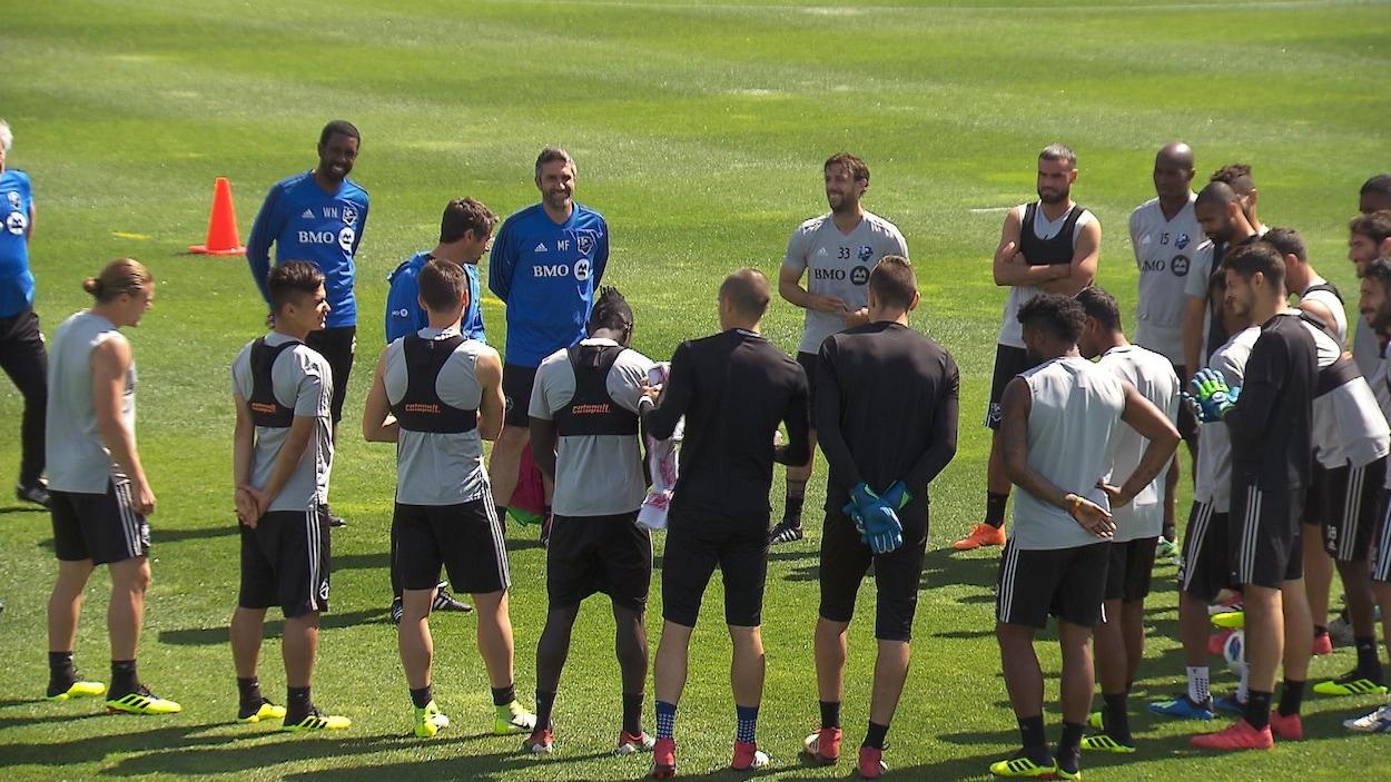 Les joueurs de l'Impact de Montréal entoure le sélectionneur Rémi Garde qui leur explique le déroulement de l'entraînement.