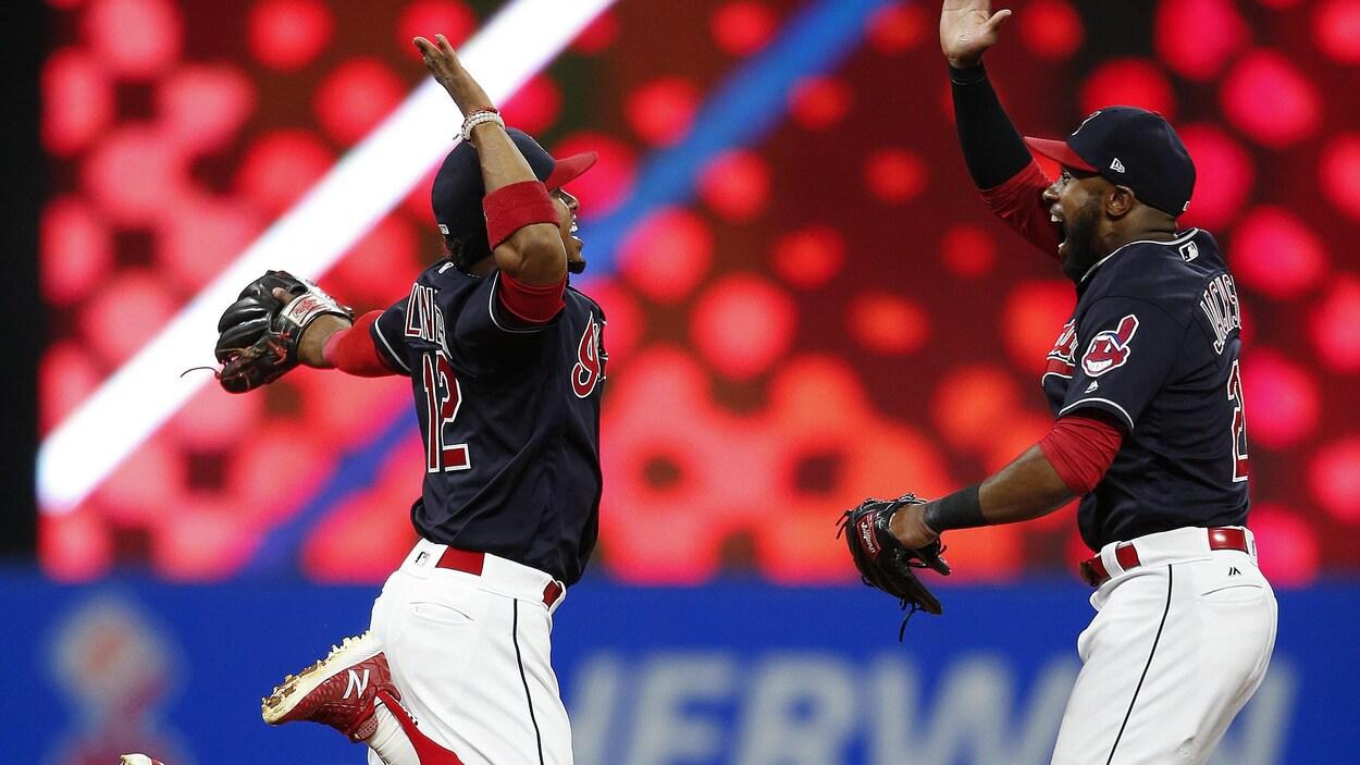 Francisco Lindor et Austin Jackson des Indians de Cleveland