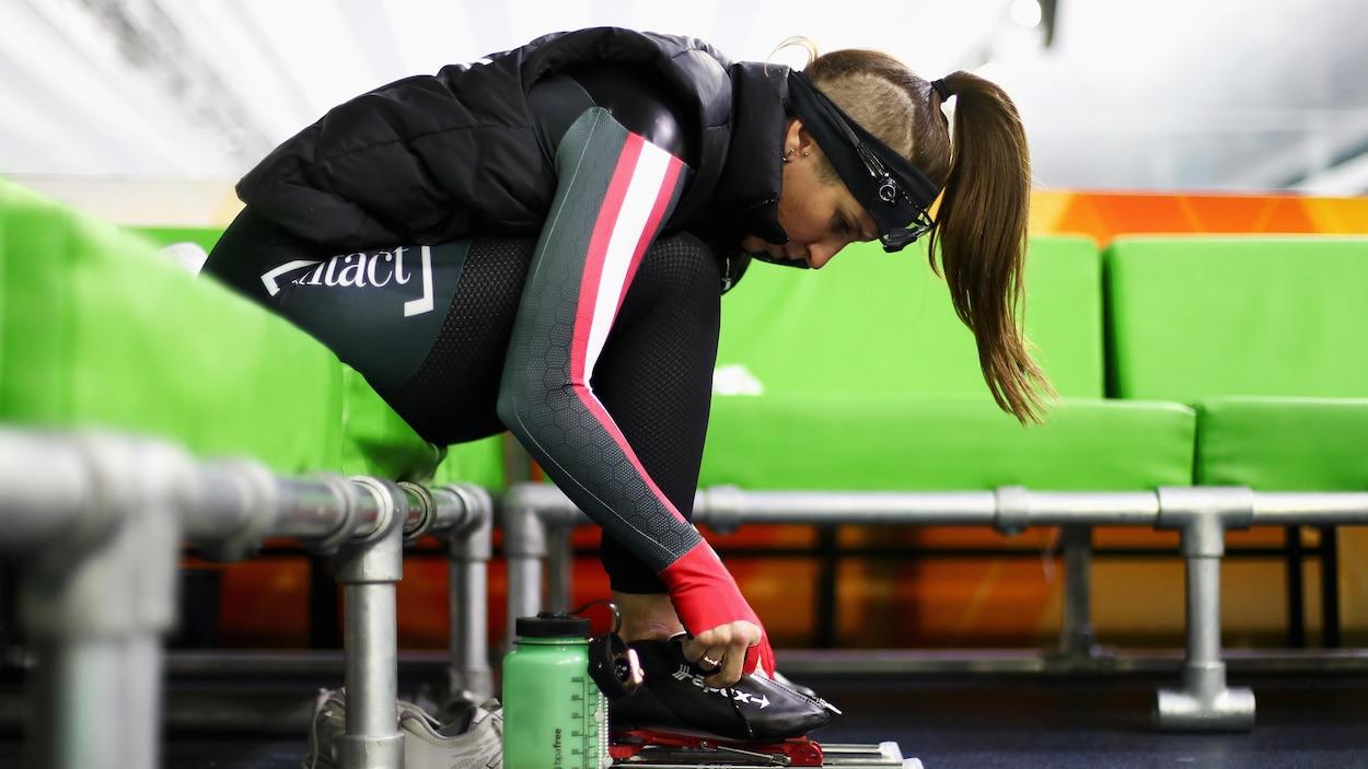 Ivanie Blondin se prépare avant une course à Heerenveen.