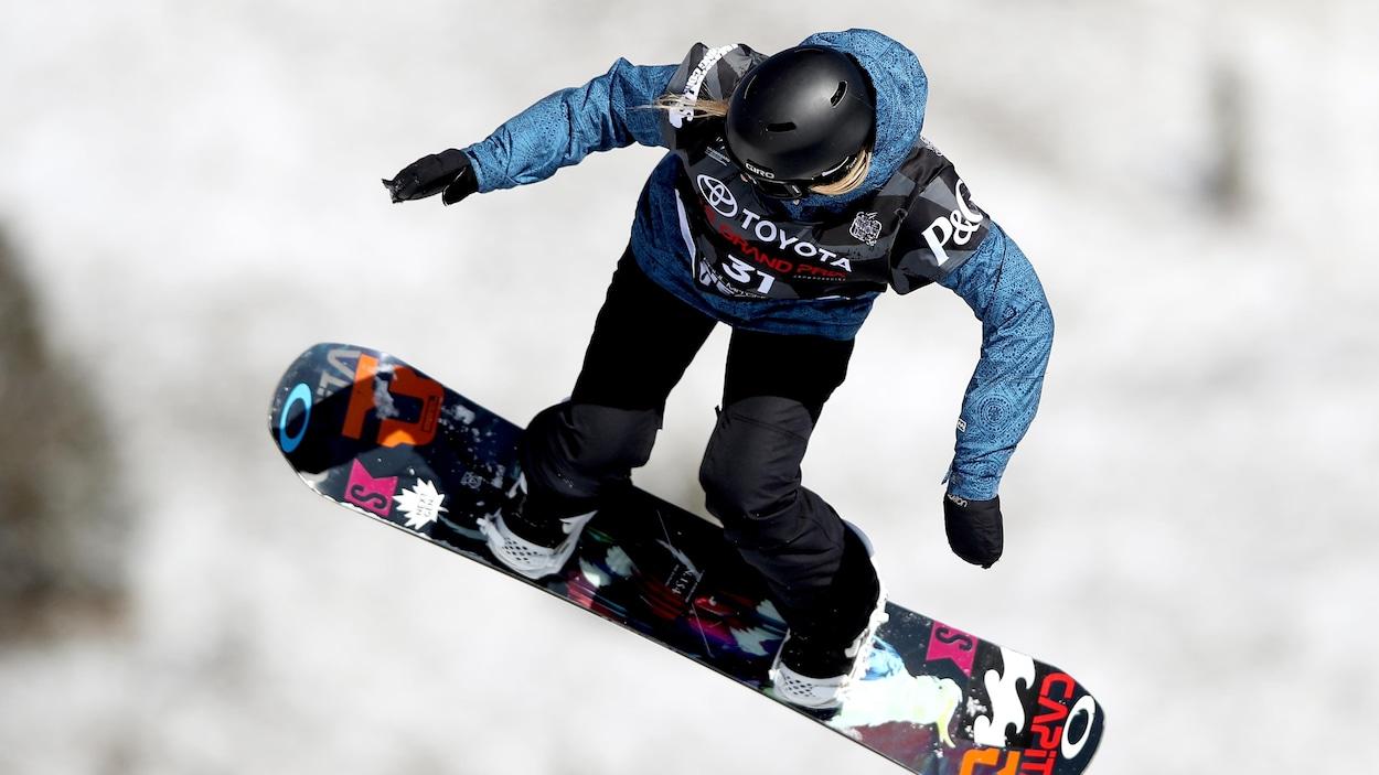 La planchiste Jasmine Baird effectue un saut