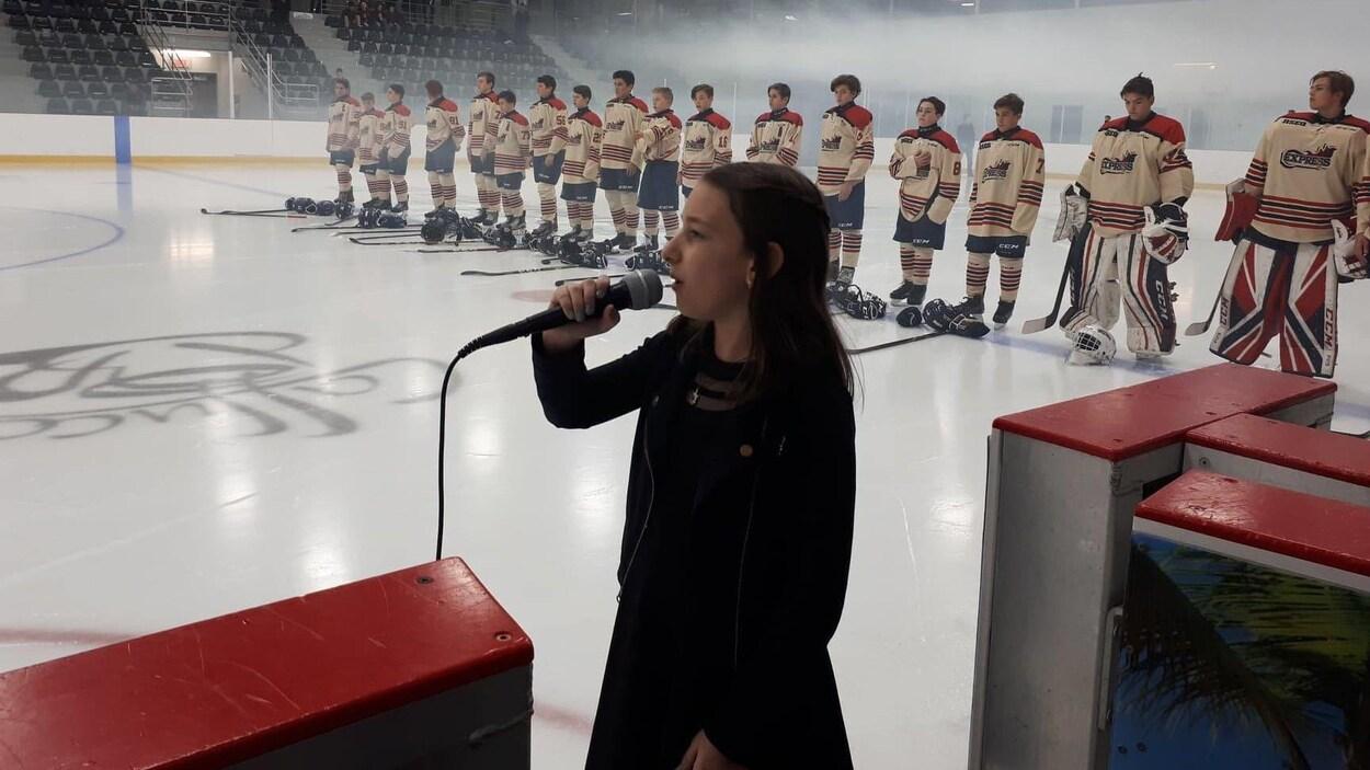 Jennifer Bellerose, âgée de 12 ans de Sherbrooke, chante l'hymne national au tournoi international Bantam de Sherbrooke