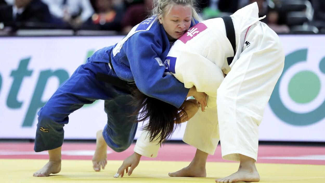 L'Ontarienne Jessica Klimkait (en bleu) lutte contre la Japonaise Momo Tamaoki au grand chelem d'Osaka.