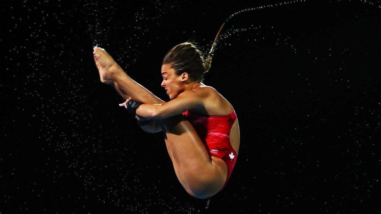 Meaghan Benfeito en position carpée à la tour de 10 m aux Jeux du Commonwealth.