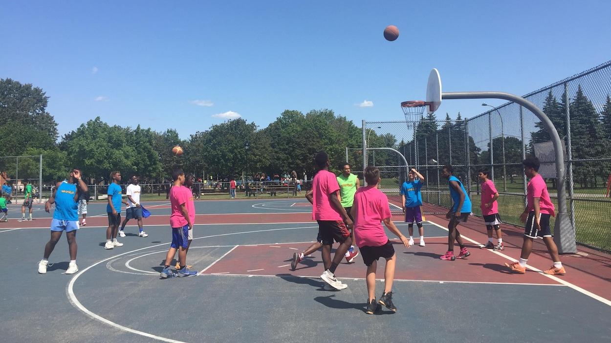 Quelques jeunes Montréalais participant aux Jeux de la rue fêtent Montréal.