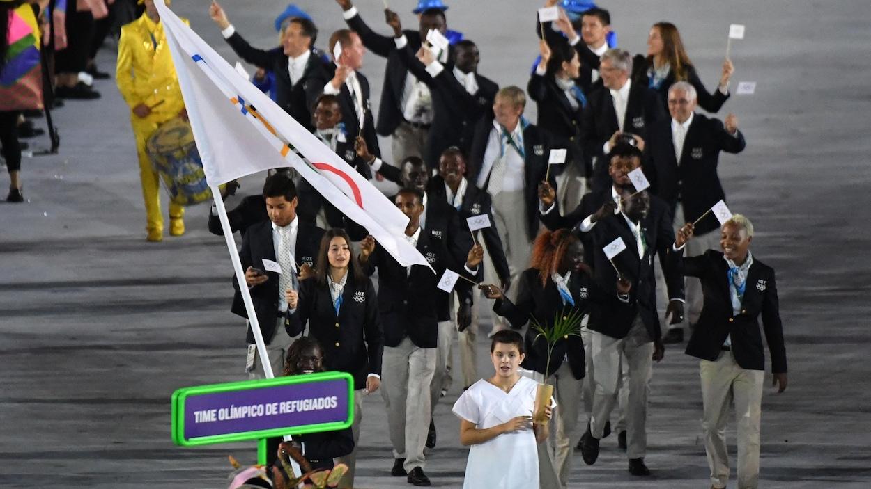 L'équipe olympique de réfugiés entre dans le stade Maracana à la cérémonie d'ouverture des Jeux olympiques de Rio, en 2016.