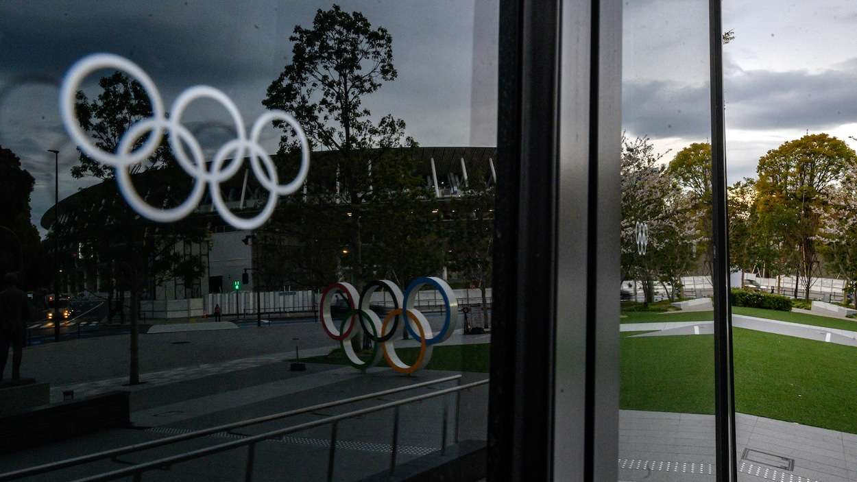 Des anneaux olympiques sur une vitre