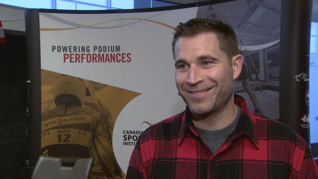 John Morris en entrevue lors d'une conférence de presse à l'Institut canadien du sport.