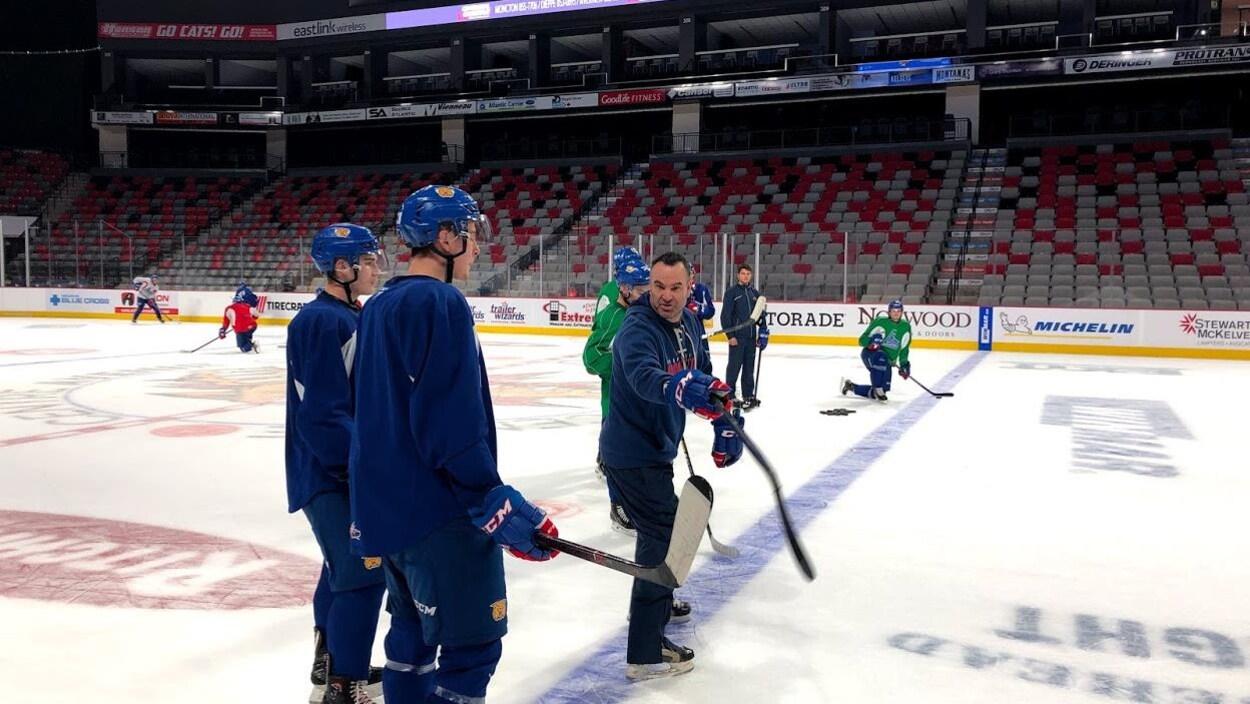L'entraîneur montre un jeu à deux joueurs de hockey