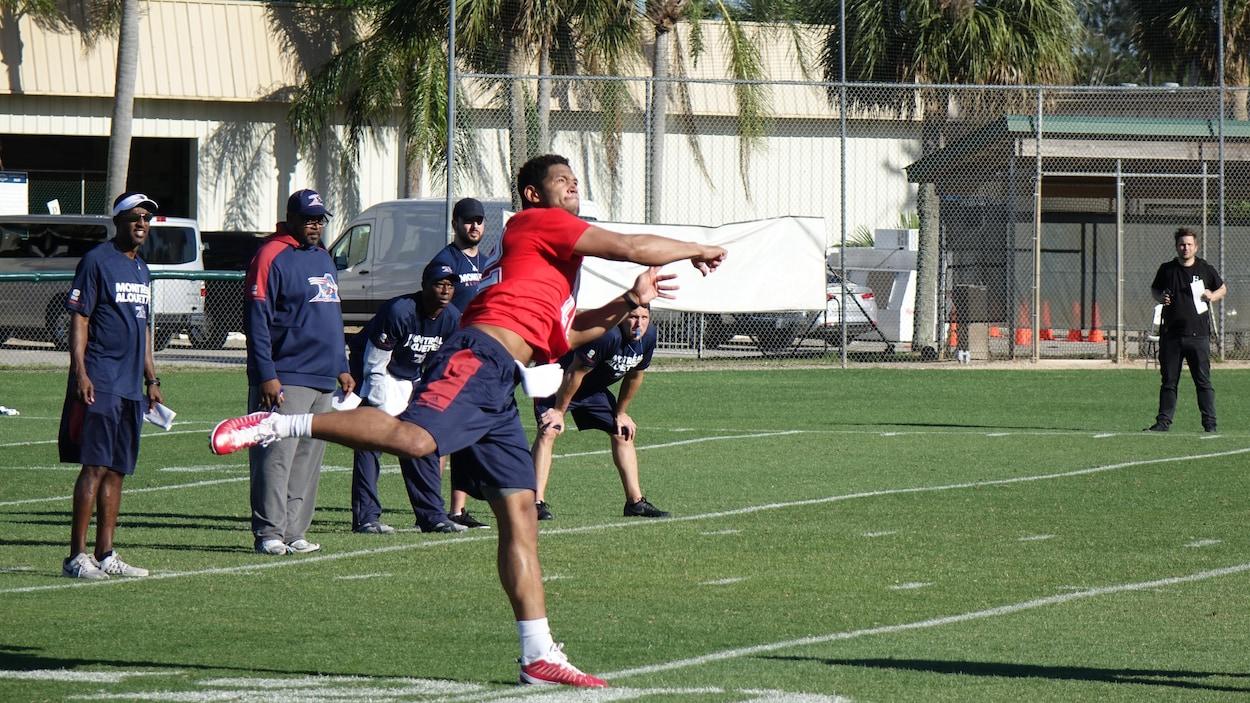 Josh Freeman lance un ballon.