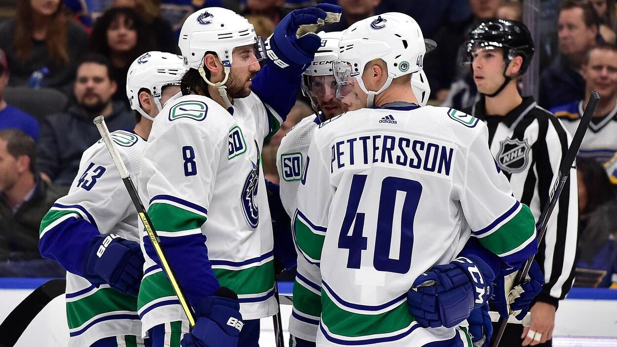 Il est félicité par Christopher Tanev (no 8) et Elias Pettersson (no 40).