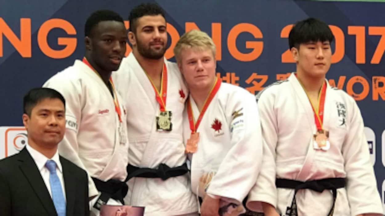 De gauche à droite sur le podium, les Canadiens Benjamin Kendrick, Mohab El-Nahas et Louis Krieber-Gagnon