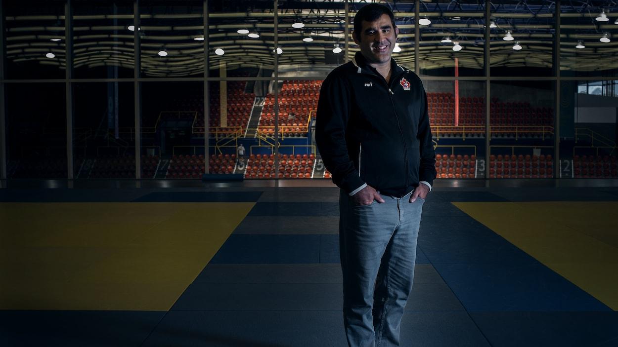 Nicolas Gill se tient debout dans le dojo de l'Institut national du sport.