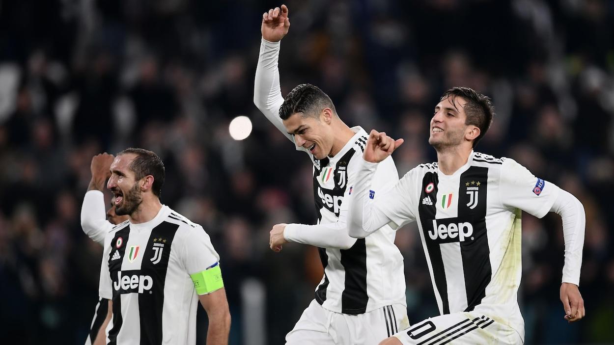 Cristiano Ronaldo (au centre) célèbre avec ses coéquipiers de la Juventus de Turin la qualification de l'équipe italienne pour les huitièmes de finale de la Ligue des champions.