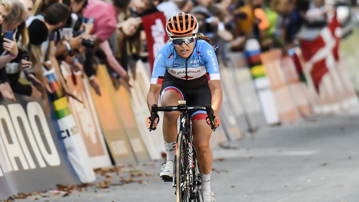 Vêtue de son maillot canadien, elle est en action sur son vélo