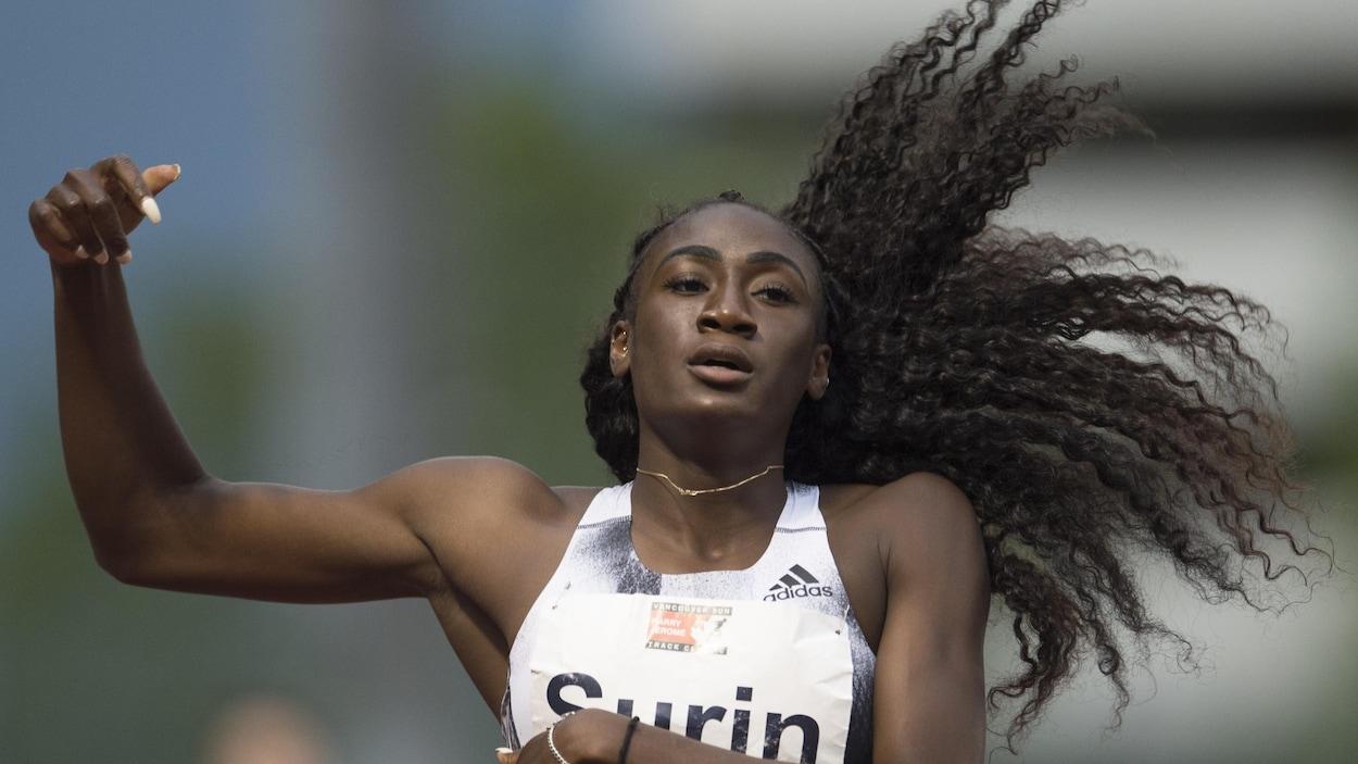 Elle est à l'arrivée du 400 m à la rencontre d'athlétisme Harry Jerome, à  Burnaby, en Colombie-Britannique.