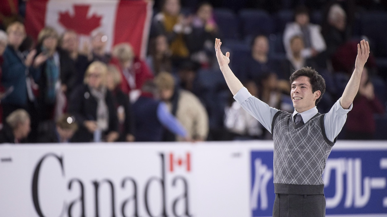 Le Canadien Keegan Messing salue la foule après son programme aux Internationaux Patinage Canada.