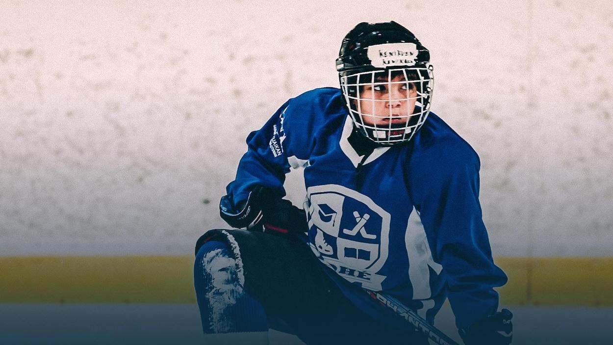 Incapable de patiner il y a quelques semaines, Kenikuen est maintenant un passionné de hockey.