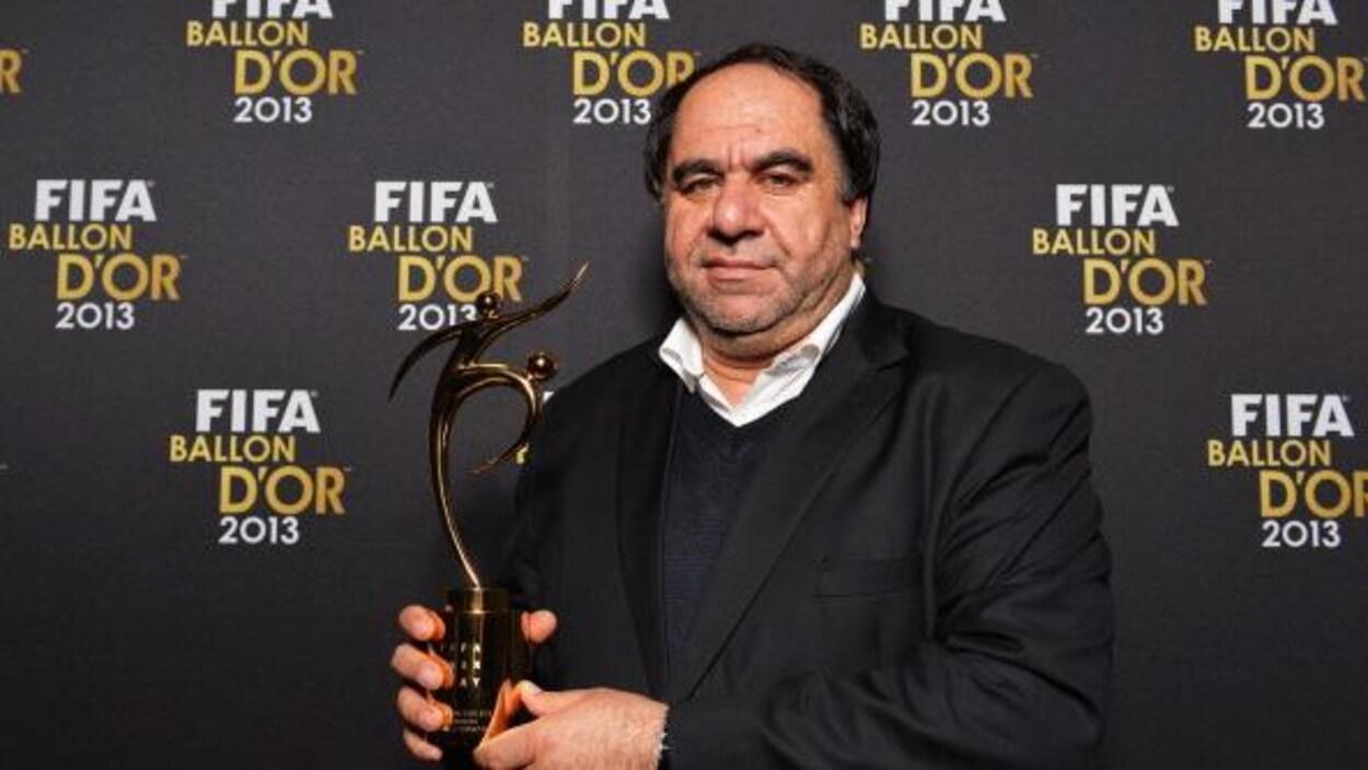 Il pose avec le trophée.